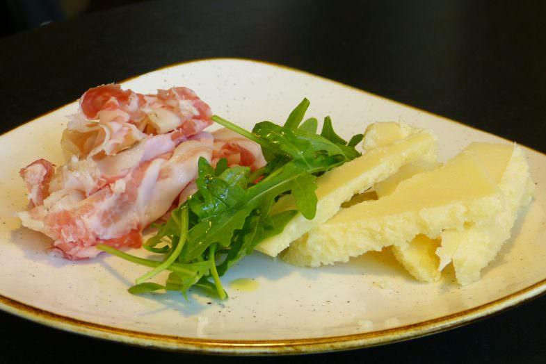 Plato combinado de queso especial, bacon y rúcula.