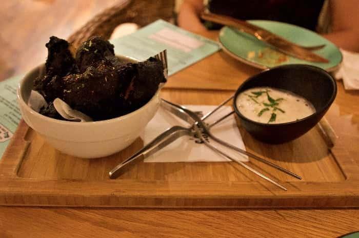 Rabas de calamar en tempura de cerveza negra con aire de yuzu