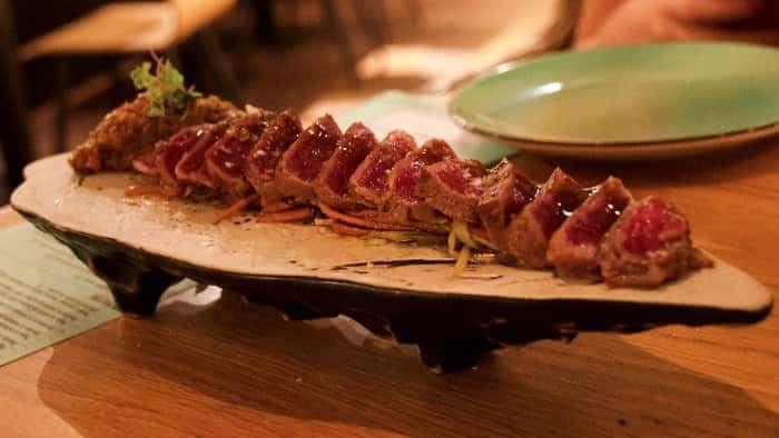 Tataki de presa ibérica con chutney de berenjena