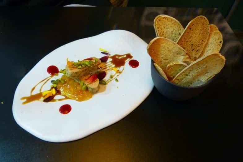 Foie Gras a la sal y pimienta, compota de albaricoques y frambuesa con reducción de vino dulce.