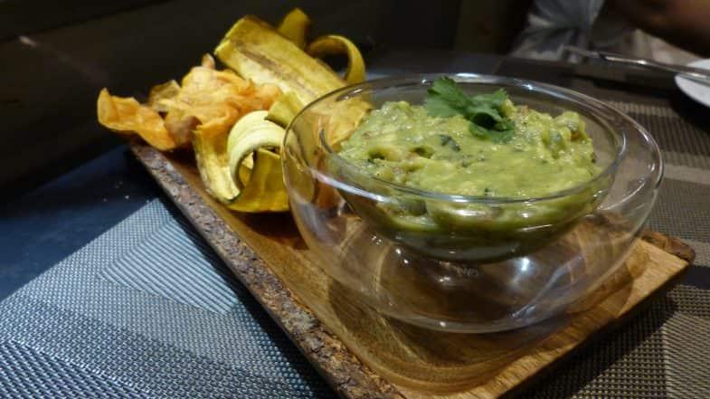 guacamole con chips de plátano y verduras.