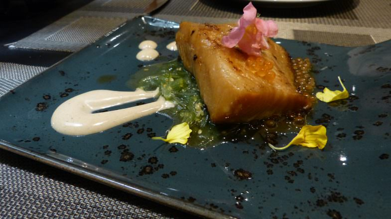 Bacalao negro de alaska marinado en miso sobre alga wakame.