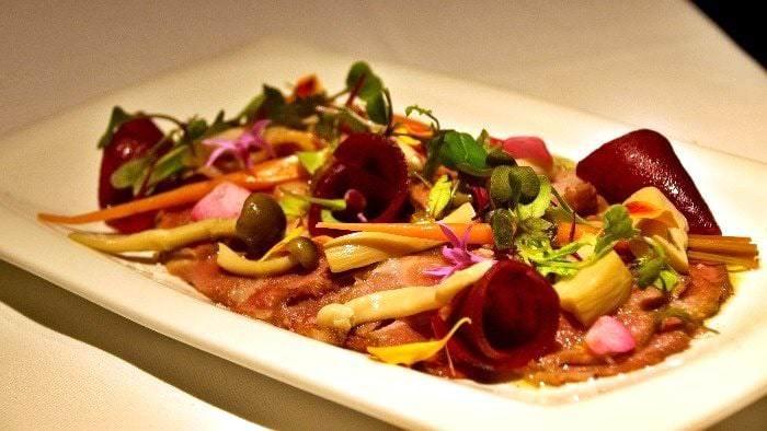 Carpaccio de presa ibérica, puré trufado y verduras encurtidas de temporada.
