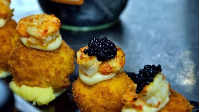 Croqueta nigiri de patata y provolone, gambas marinadas y mayonesa de lima