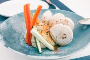 Hummus tradicional con crudités de verduras y pan de pita