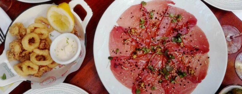 Calamares a la andaluza con mayonesa de limón y carpaccio de toro de atún, mostaza y sésamo.